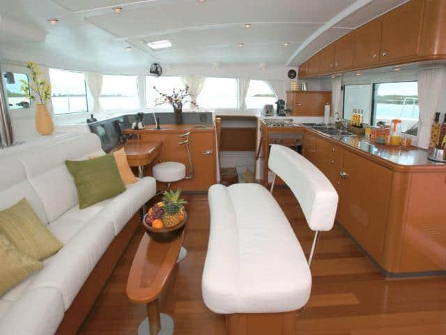 Catamaran Lagoon 440/ saloon area
