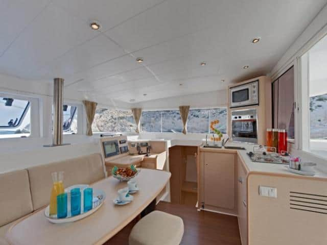 Catamaran Lagoon 400/ Saloon & galley area